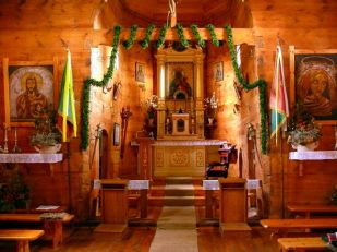 Jarczów. Drewniana cerkiew z początku XVII wieku (ok. 1720r.). Początkowo była to cerkiew unicka, a od ok.1870r. prawosławna. W 1921r. cerkiew zamieniono na kościół rzymskokatolicki. Dziś wybudowano obok nową większą świątynię murowaną, a dawna cerkiew jest zadbaną i cenioną atrakcją turystyczną Jarczowa.