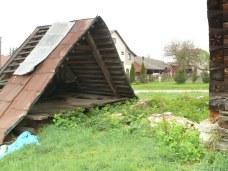 Przedsionek na słupach - stał jeszcze w 2007 r. Dziś leży przed budynkiem cerkwi...