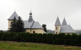 widok na kościół i cerkiew